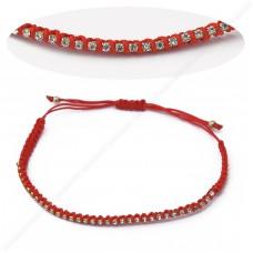 Красный браслет на запястье с камнями