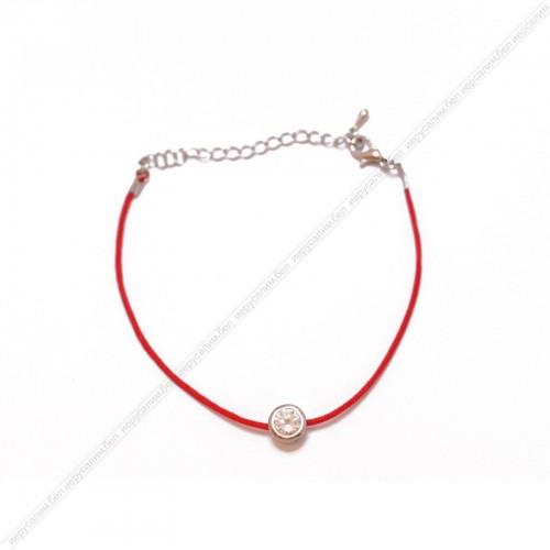 Красная нить с подвеской,большой камень в серебряной оправе.