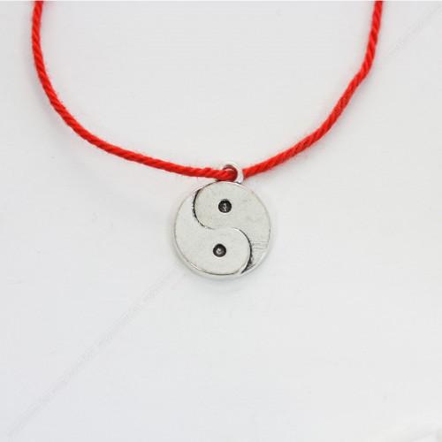 Красная нить с амулетом Инь-Ян гармония и равновесие